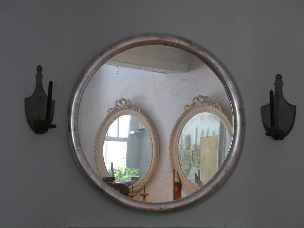 Large round silver mirror full image for large round for Large silver decorative mirrors