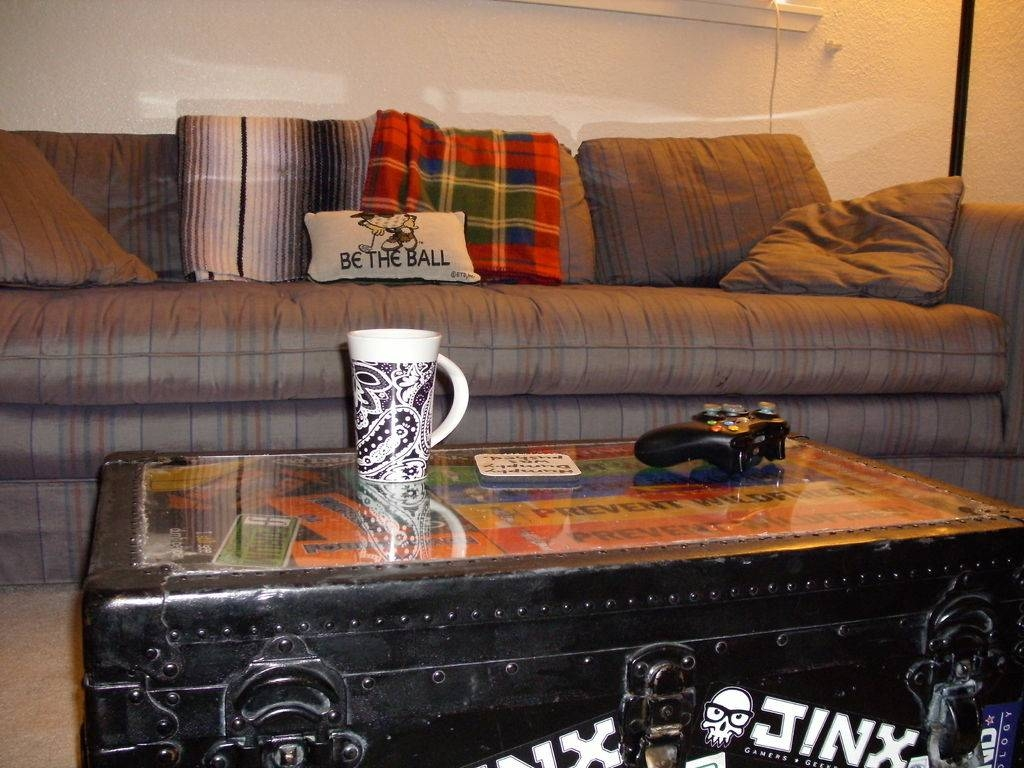 Plexiglass + Trunk = Coffee Table: 4 Steps regarding Old Trunks As Coffee Tables (Image 19 of 30)