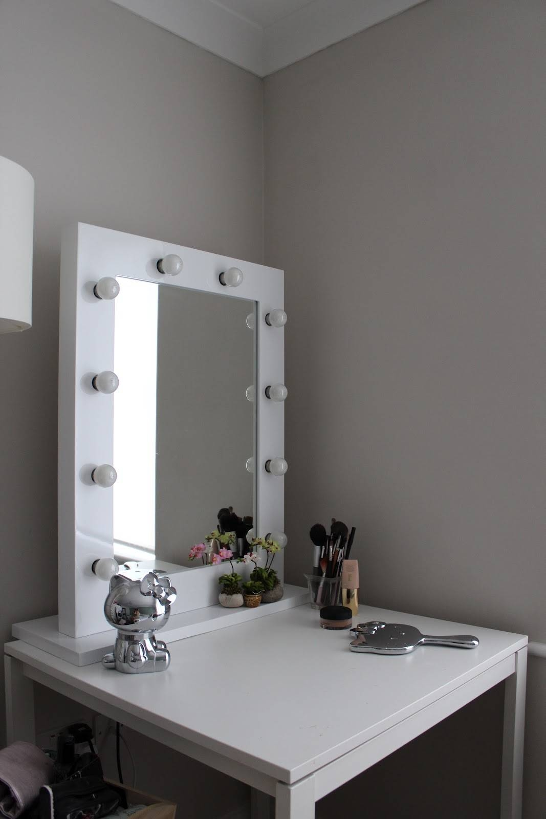 Square White Painted Mahogany Wood Makeup Table With Free Standing Within Free Standing Dressing Mirrors (Photo 21 of 25)