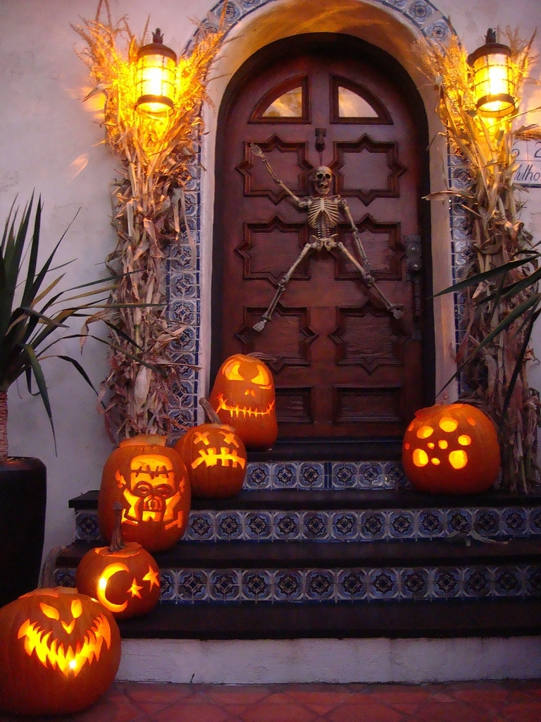125 Cool Outdoor Halloween Decorating Ideas - Digsdigs throughout Outdoor Pumpkin Lanterns (Image 1 of 20)