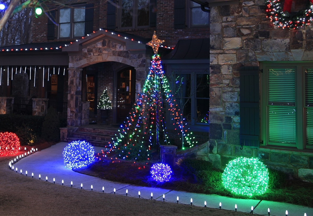 Outdoor Christmas Yard Decorating Ideas throughout Outdoor Driveway Lanterns (Image 10 of 20)