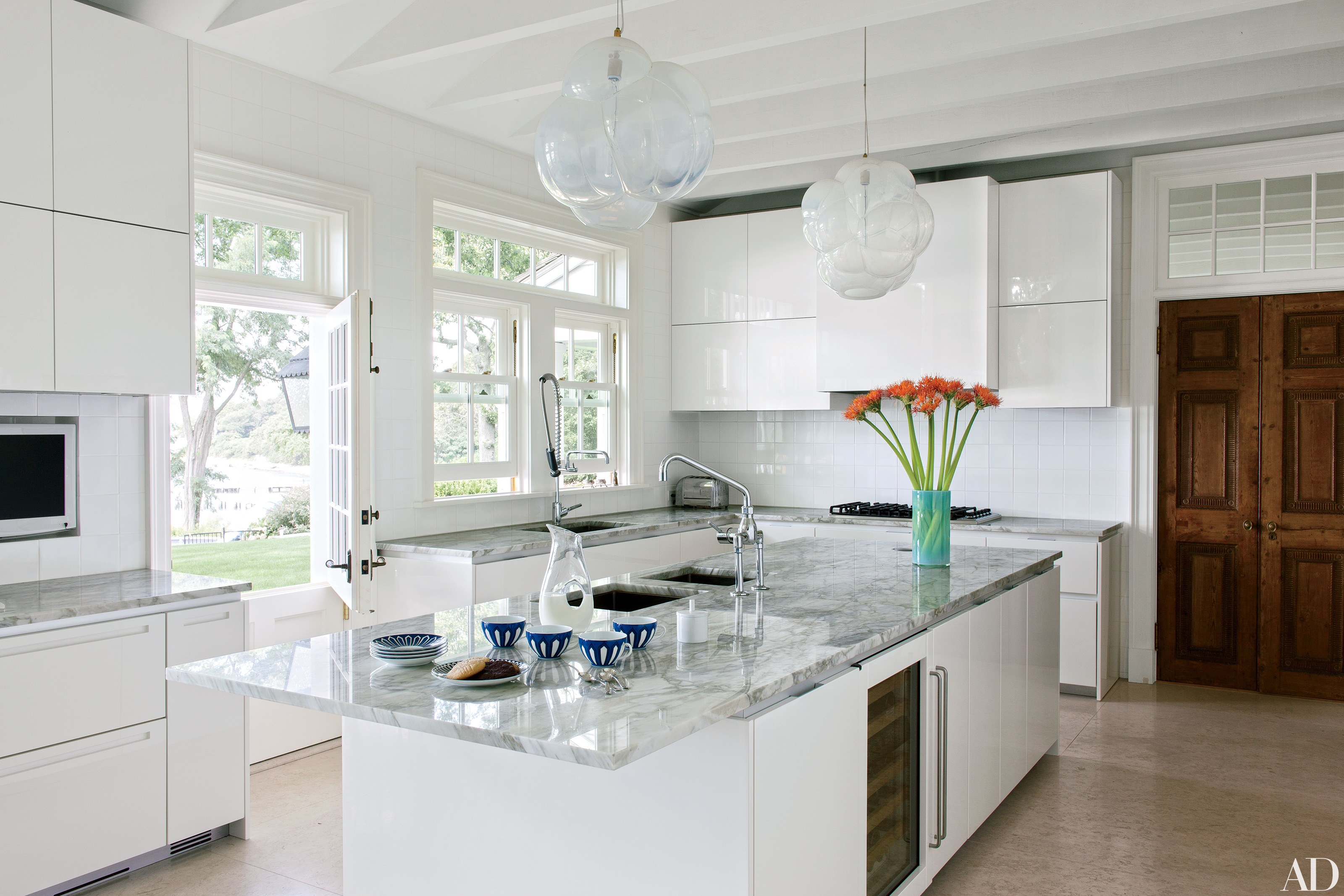 31 Kitchens With Pretty Pendant Lighting | Architectural Digest Within Ariel 2 Light Kitchen Island Dome Pendants (Image 3 of 30)